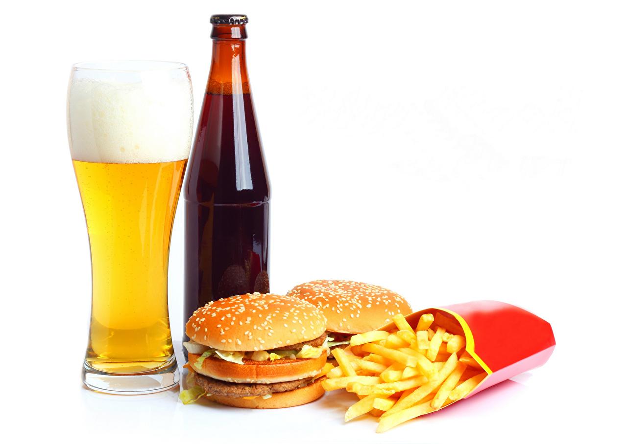 Фотография Пиво Гамбургер Картофель фри стакане Булочки Пена Пища Бутылка белым фоном Стакан стакана Еда пене пеной бутылки Продукты питания Белый фон белом фоне