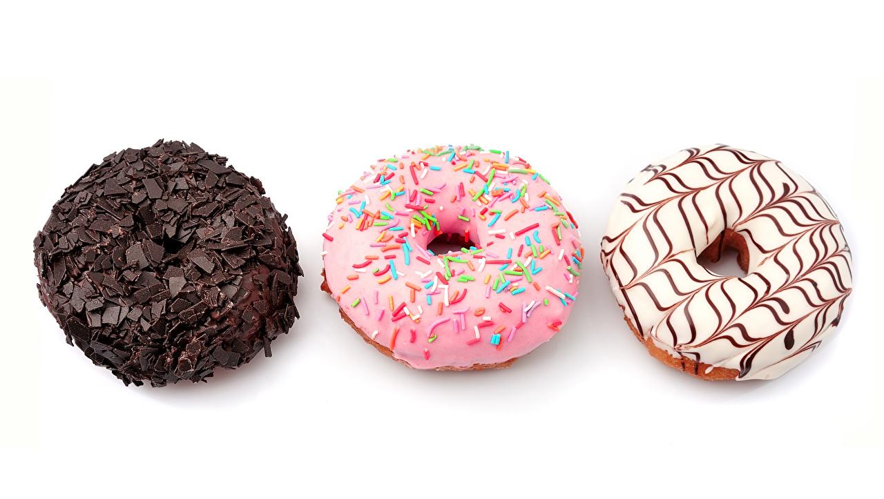 Обои Шоколад Пончики втроем Продукты питания Выпечка Белый фон Еда Пища Трое 3
