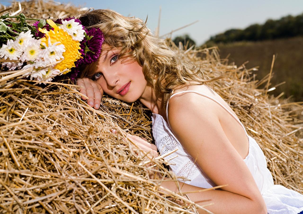 Фотография Русые красивый Букеты Девушки Сено соломе смотрит русая русых Красивые красивая букет девушка молодые женщины молодая женщина сене Солома Взгляд смотрят