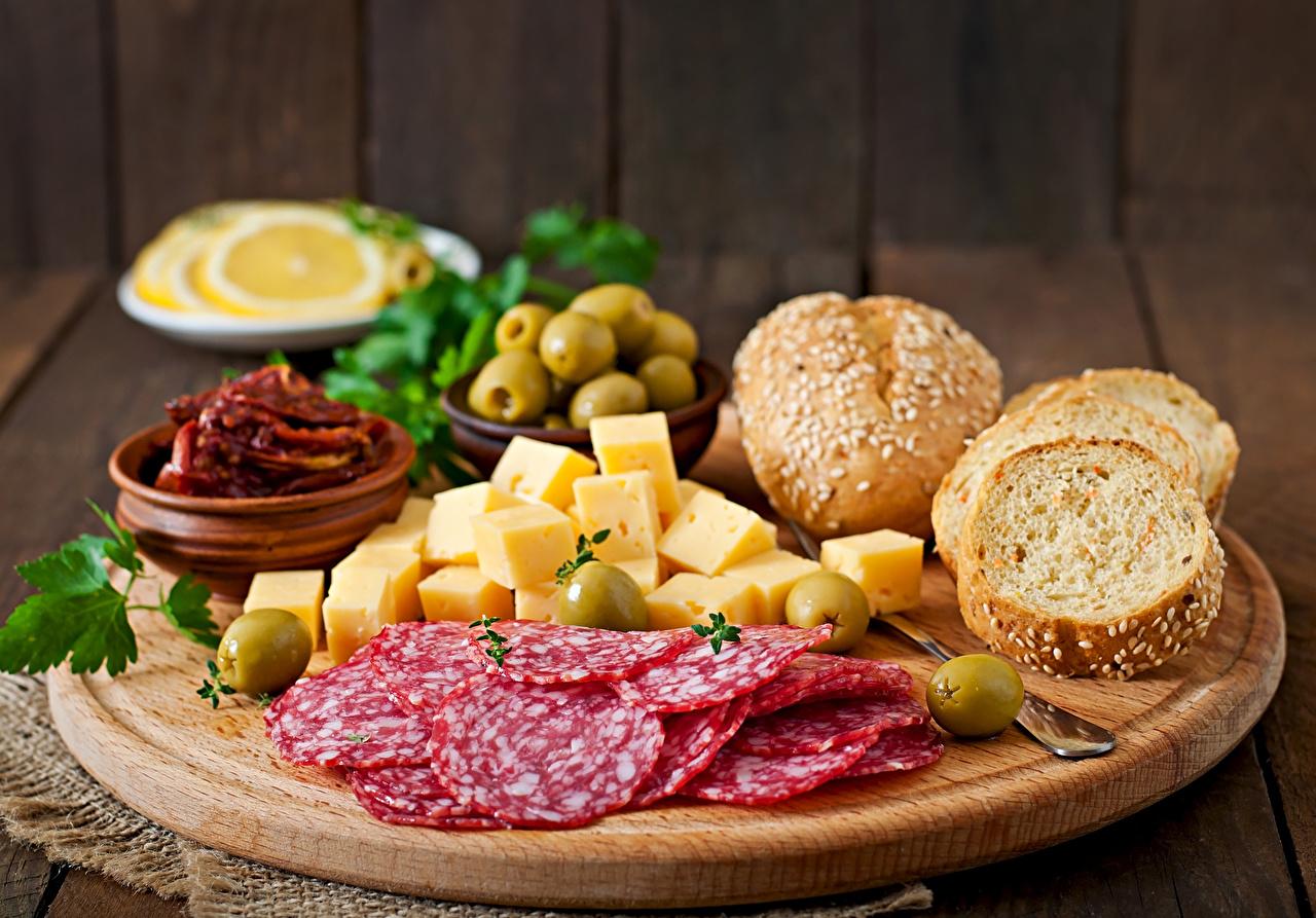Картинки Оливки Колбаса Сыры Еда разделочной доске Пища Продукты питания Разделочная доска