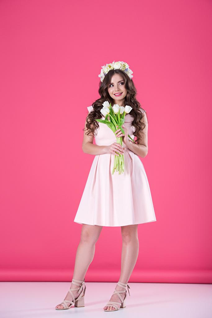 Картинки шатенки Улыбка Тюльпаны молодые женщины Платье Цветной фон  для мобильного телефона Шатенка улыбается Девушки девушка тюльпан молодая женщина платья