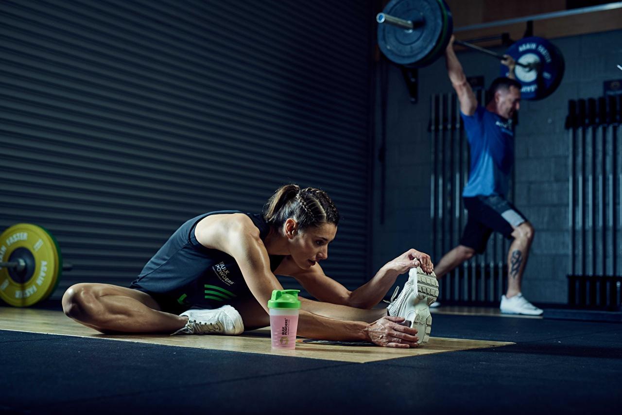 Фотография Мужчины Спортзал физическое упражнение растягивается Подошва обуви Фитнес штангой Девушки спортивные мужчина спортзале Тренировка тренируется спортивный зал Растяжка упражнение Спорт Штанга девушка спортивная спортивный молодая женщина молодые женщины