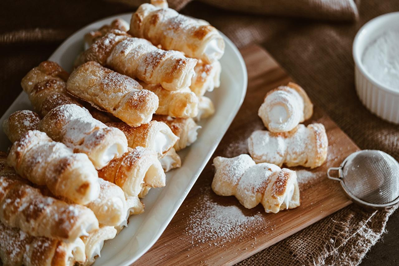 Картинка Сахарная пудра Продукты питания Разделочная доска Много Пирожное Еда Пища разделочной доске
