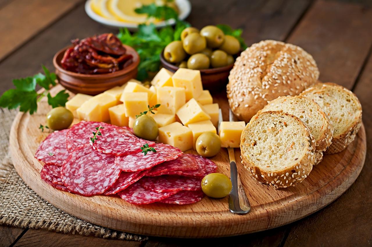 Обои Оливки Колбаса Хлеб Сыры Пища Разделочная доска Нарезанные продукты Натюрморт Еда нарезка Продукты питания