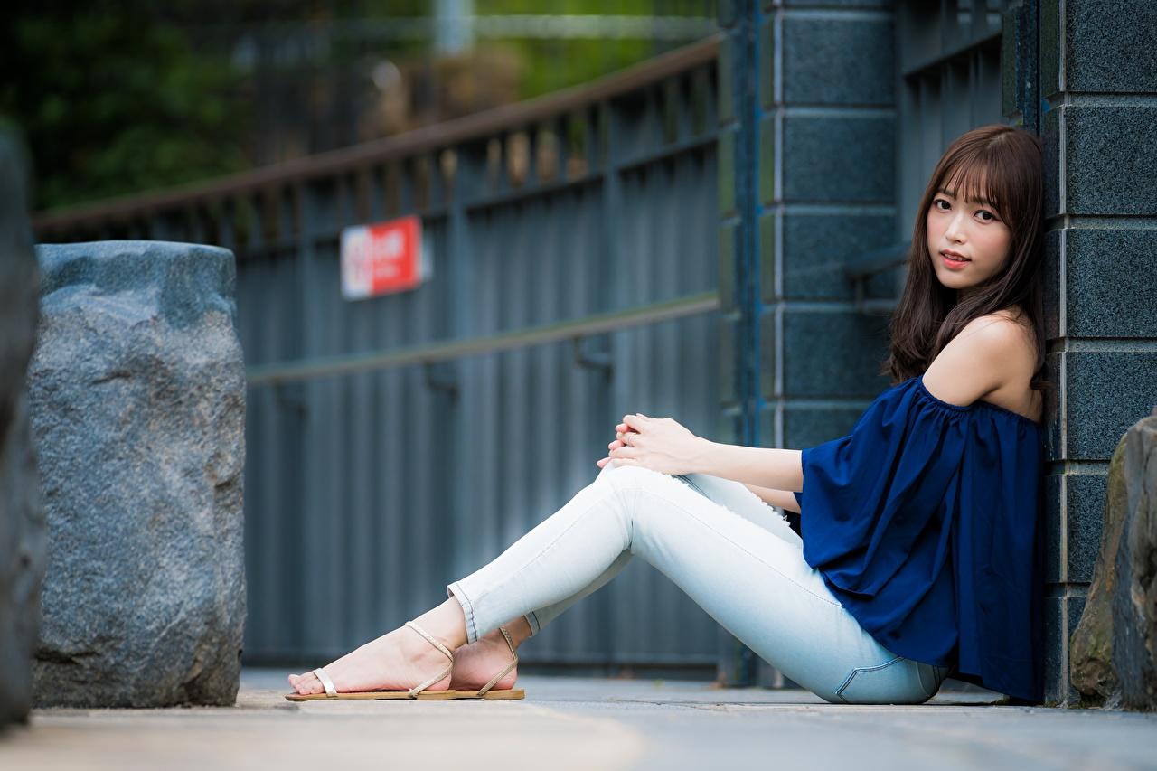 Фотография Шатенка Размытый фон Девушки Ноги Джинсы Азиаты Сидит шатенки боке девушка молодые женщины молодая женщина ног джинсов азиатка азиатки сидя сидящие
