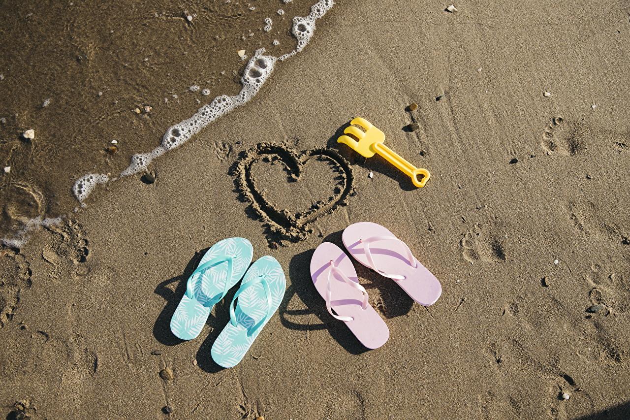 Картинка сердечко Вьетнамки Природа песка серце шлепки сланцы Сердце сердца песке Песок