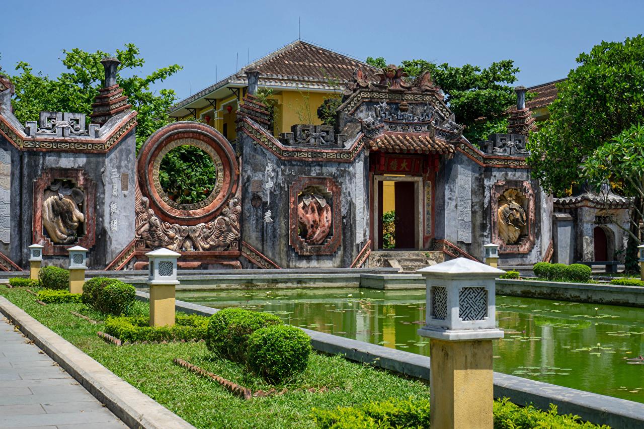 Картинки Вьетнам Historisches Ba Mu Tempel, Hoi An Пруд Храмы Газон Уличные фонари город храм газоне Города
