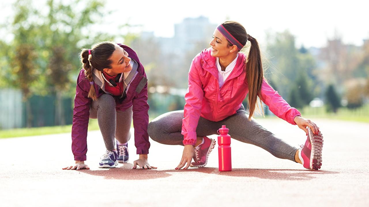 Обои для рабочего стола улыбается растягивается Поза Фитнес два Девушки Ноги Руки Улыбка Растяжка упражнение позирует 2 две Двое вдвоем девушка молодая женщина молодые женщины ног рука
