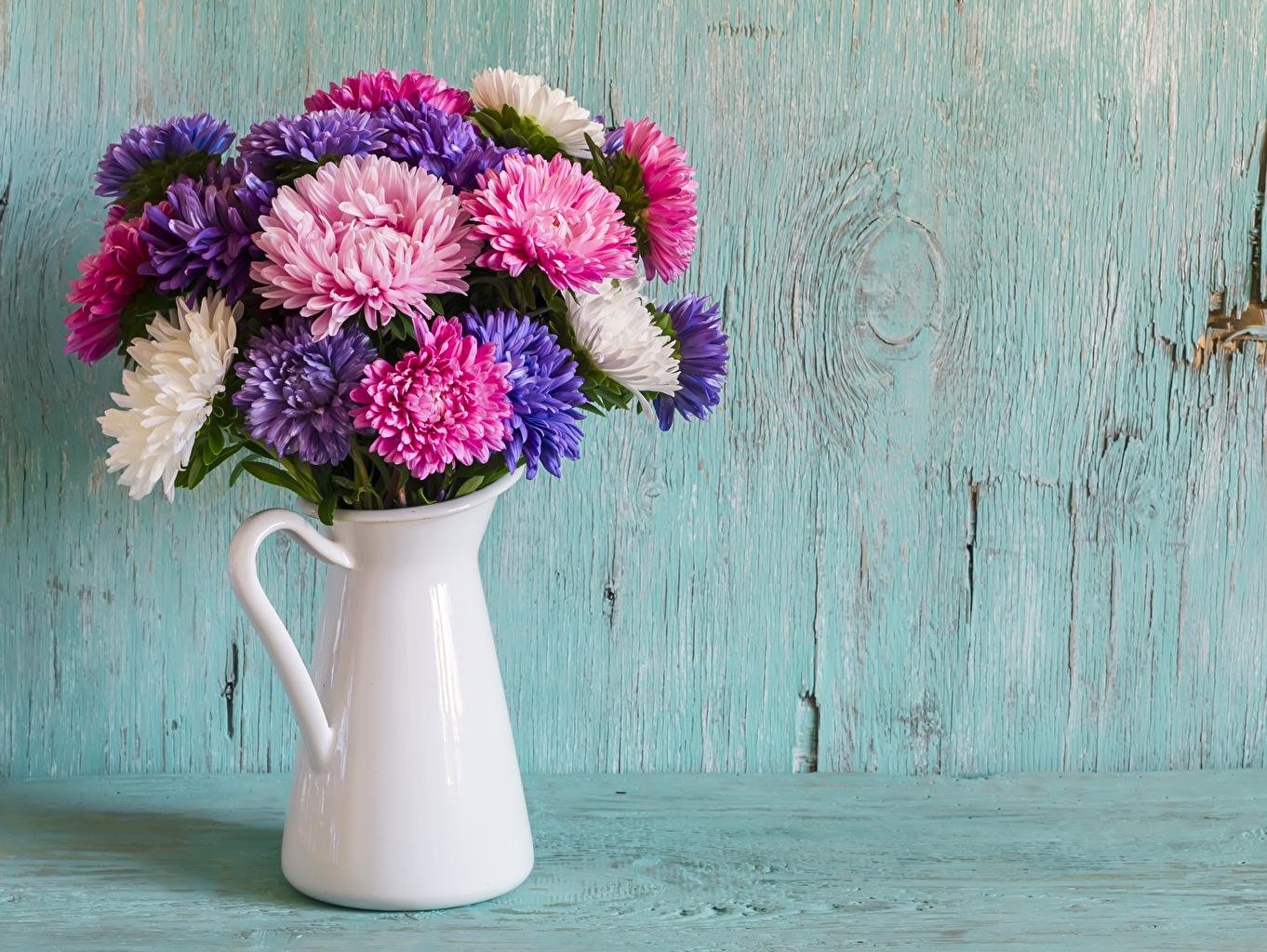 Фото Букеты Астры Цветы Кувшин Доски Цветной фон цветок кувшины