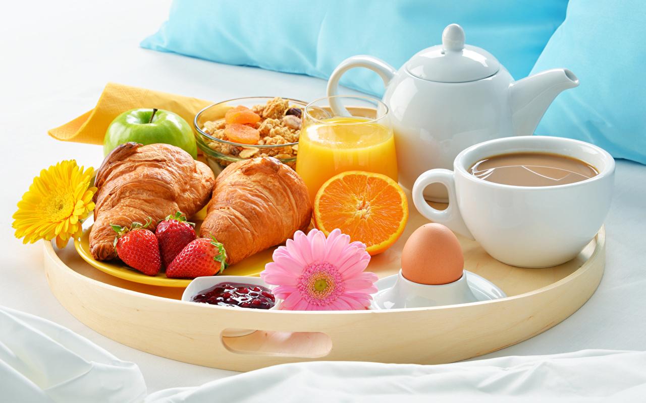 Картинка Яйца Сок Кофе Герберы Завтрак Круассан Стакан Клубника Пища чашке яиц яйцо яйцами стакана стакане Еда Чашка Продукты питания
