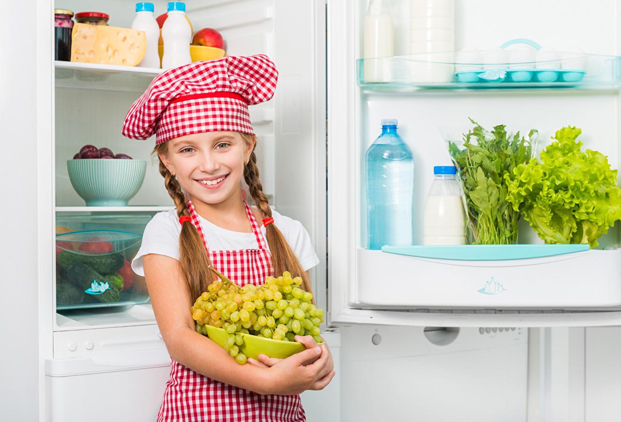 Обои для рабочего стола Девочки Холодильник Улыбка Дети Шапки Виноград Повар Взгляд девочка улыбается ребёнок шапка в шапке повары повара смотрят смотрит