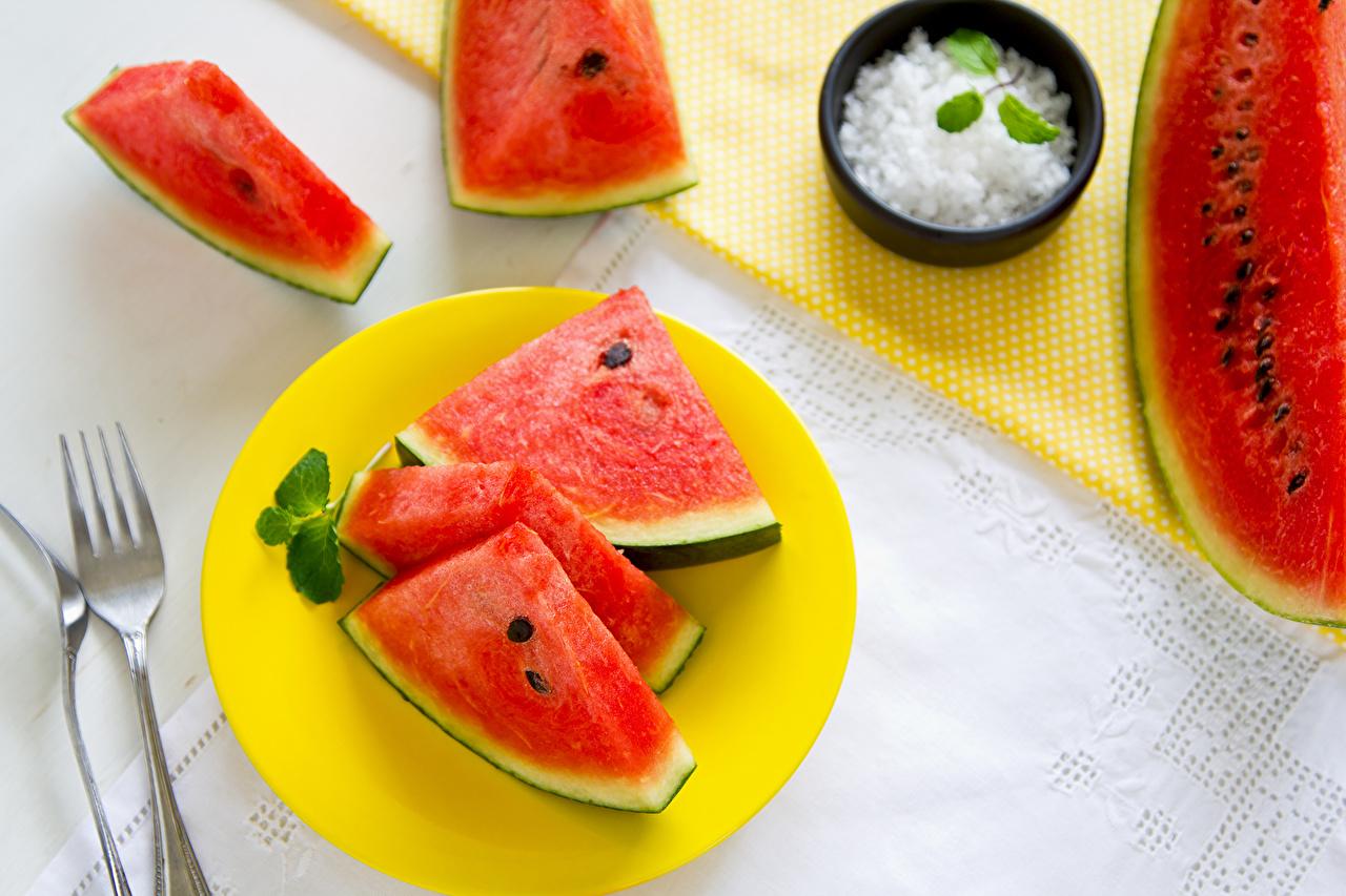 Фото watermelon slices of watermelon mint leaves Арбузы кусочек Вилка столовая Продукты питания часть Кусок кусочки Еда Пища вилки