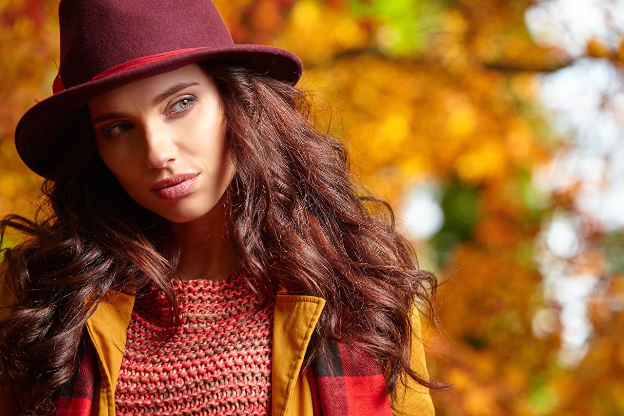 Фотографии молодая женщина шатенки боке Шляпа Осень Волосы Взгляд девушка Девушки молодые женщины Шатенка волос шляпе шляпы осенние Размытый фон смотрят смотрит