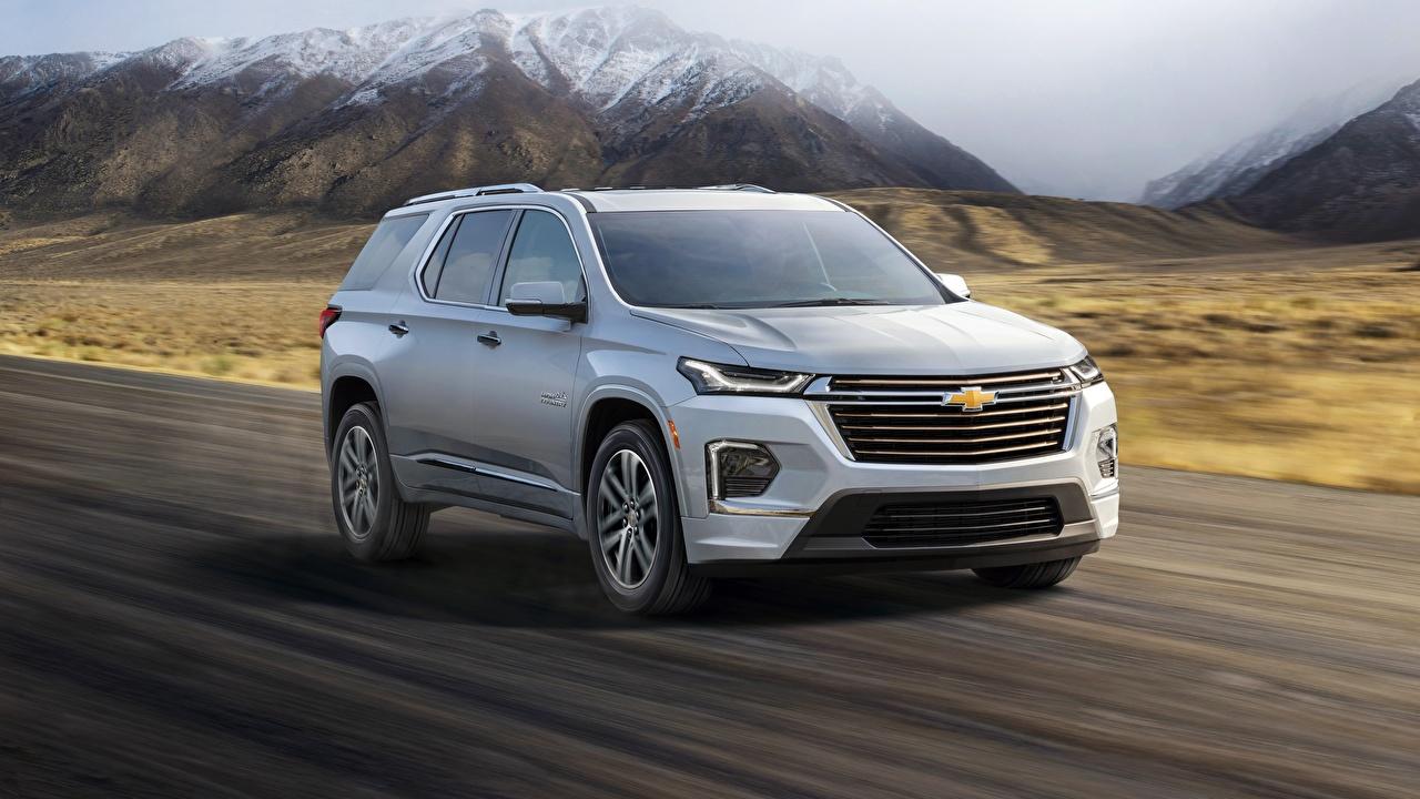 Фотографии Шевроле CUV Traverse, 2021 серебряная едет машина Металлик Chevrolet Кроссовер серебряный серебристая Серебристый едущий едущая скорость Движение авто машины автомобиль Автомобили