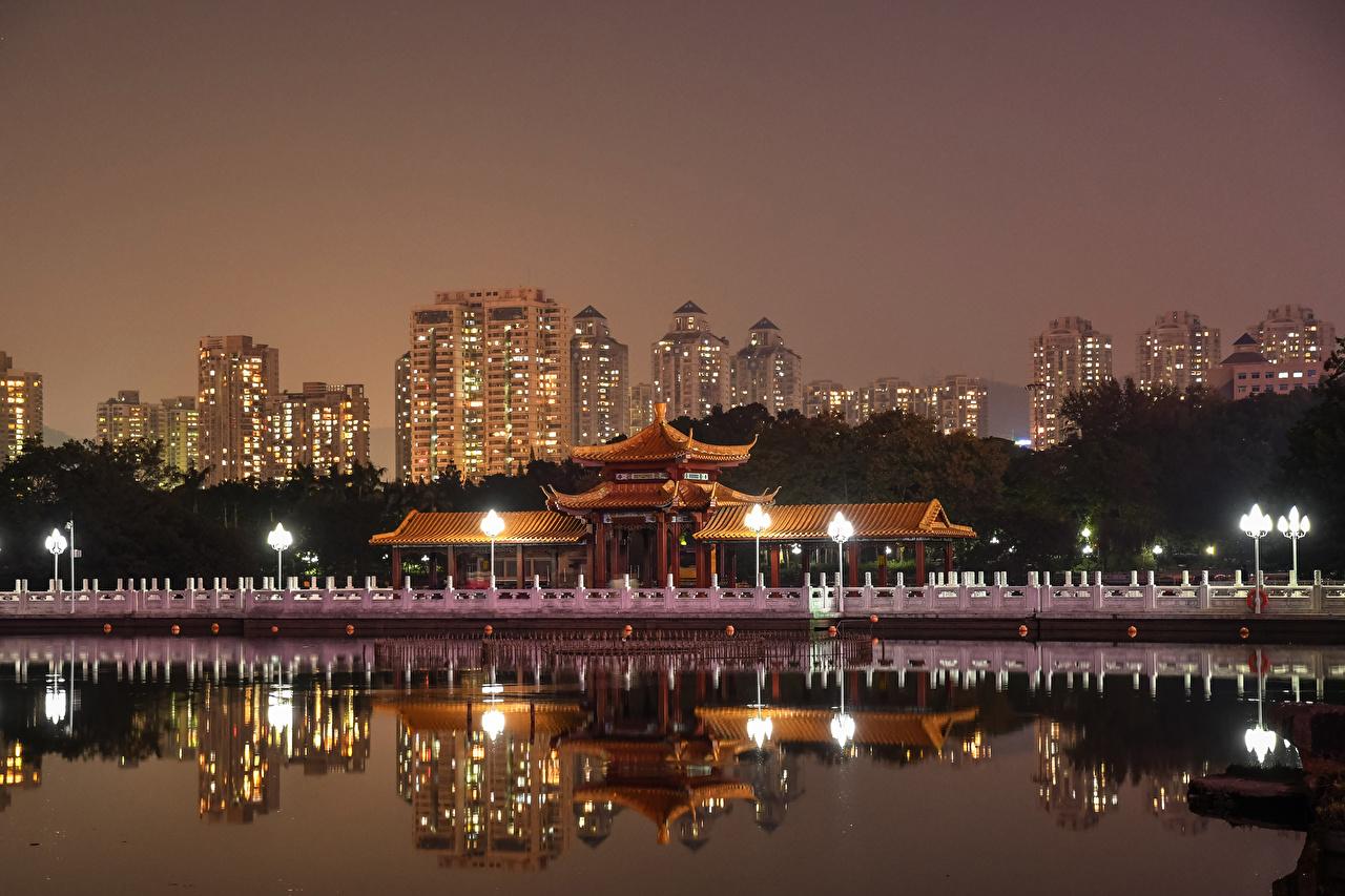 Фотографии Китай Shenzhen ограда Реки в ночи Уличные фонари Дома Города Забор забора забором Ночь река ночью речка Ночные город Здания