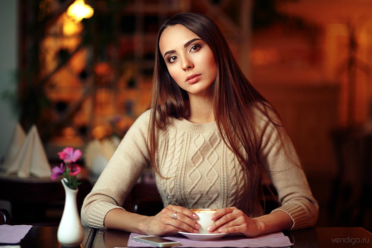 Фотографии девушка Размытый фон Взгляд Шатенка Evgeniy Bulatov свитере Девушки молодая женщина молодые женщины боке смотрит смотрят шатенки Свитер свитера