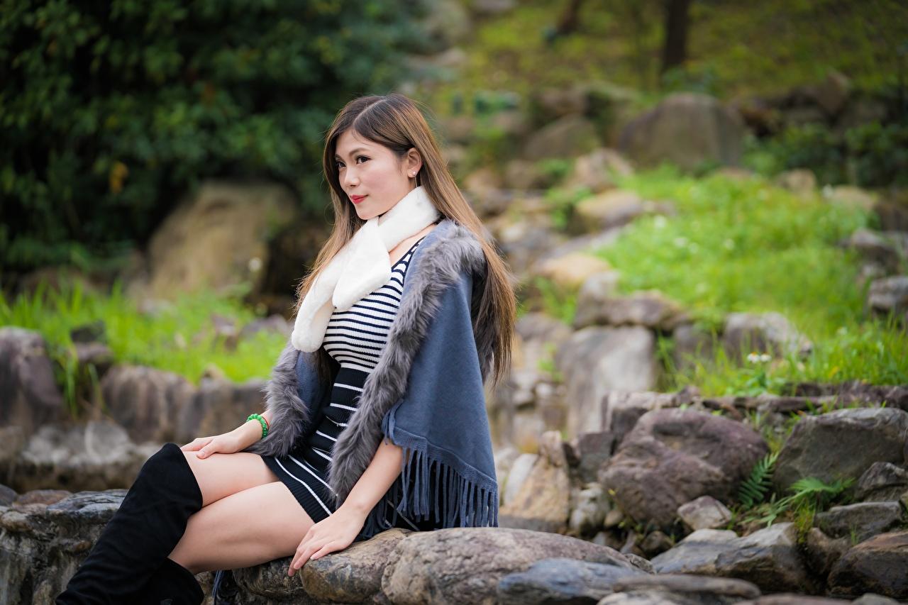 Картинки Размытый фон молодая женщина ног азиатки сидя Камни боке девушка Девушки молодые женщины Ноги Азиаты азиатка Сидит Камень сидящие
