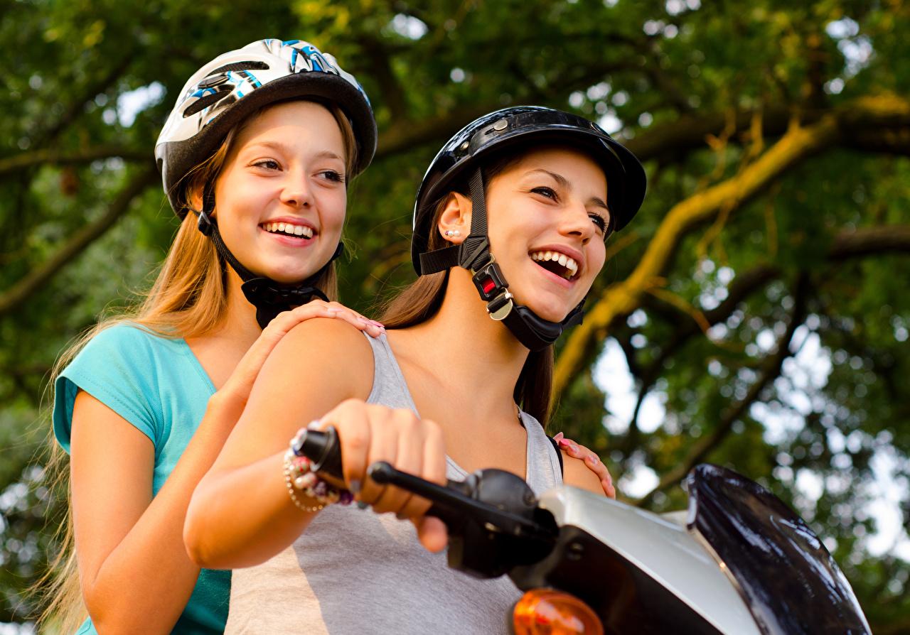 Фотографии Шлем счастливые Двое молодые женщины Мотоциклист шлема в шлеме счастье Радость радостная радостный счастливый счастливая 2 два две вдвоем Девушки девушка молодая женщина