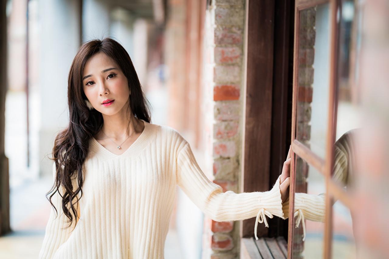 Фотография шатенки боке Девушки свитера азиатка рука смотрит Шатенка Размытый фон девушка молодые женщины молодая женщина Свитер Азиаты азиатки свитере Руки Взгляд смотрят