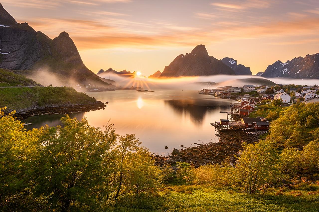 Картинка Лофотенские острова Норвегия Reine Туман Горы солнца Природа Пейзаж залива тумана тумане гора Солнце Залив заливы