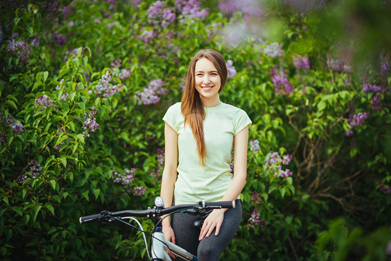 Картинки Шатенка улыбается Велосипедный руль молодые женщины Взгляд шатенки Улыбка девушка Девушки молодая женщина смотрят смотрит