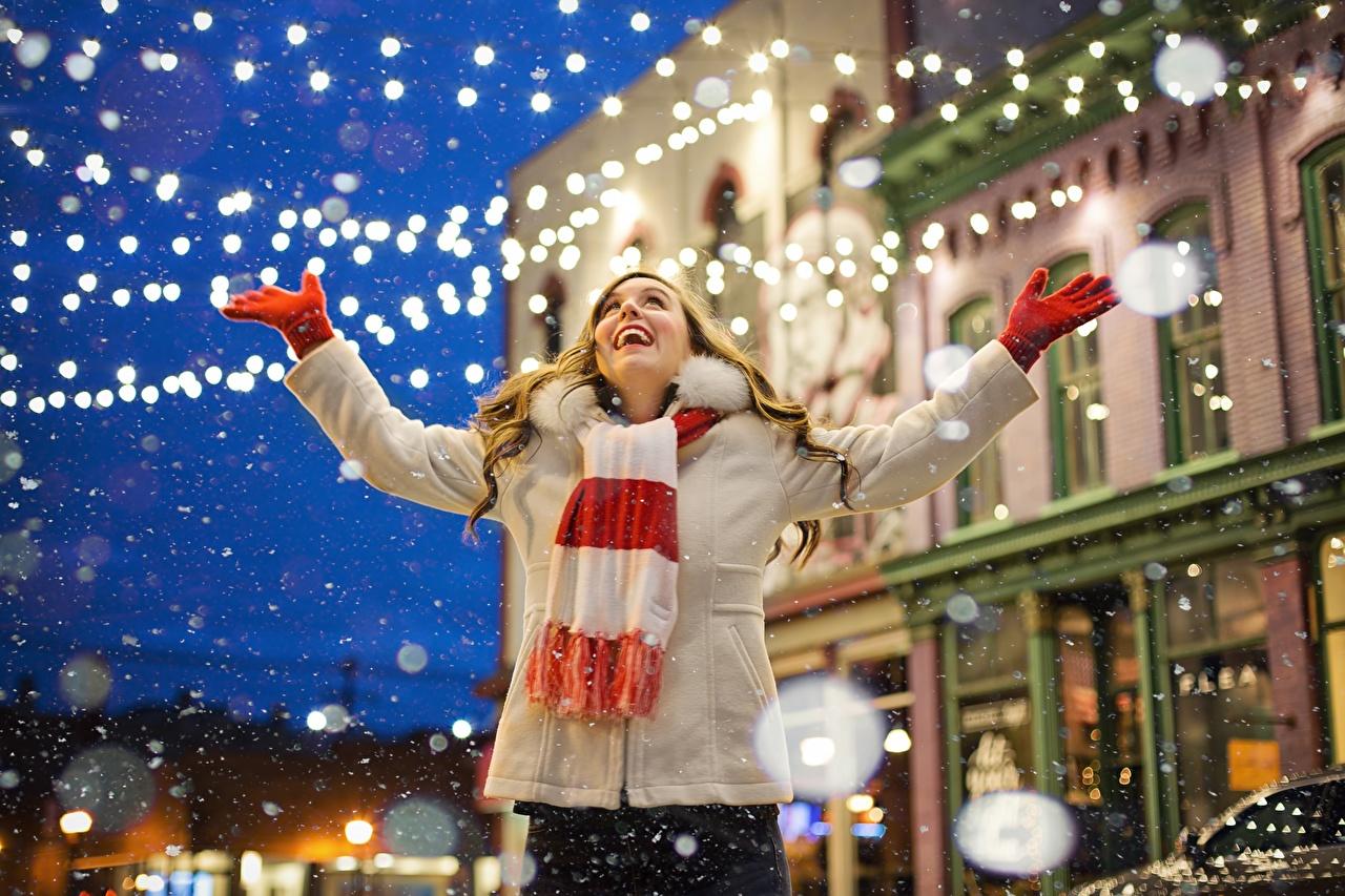 Обои для рабочего стола шарфе Радость перчатках куртке молодая женщина снега Руки Электрическая гирлянда Шарф шарфом счастье Перчатки радостная радостный счастливые счастливая счастливый Куртка куртки Девушки куртках девушка молодые женщины Снег снеге снегу рука Гирлянда
