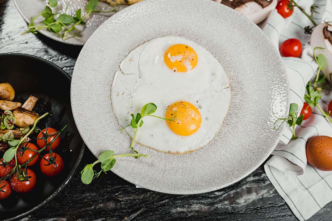 Обои для рабочего стола яичницы Помидоры Тарелка Продукты питания Яичница глазунья Томаты Еда Пища тарелке