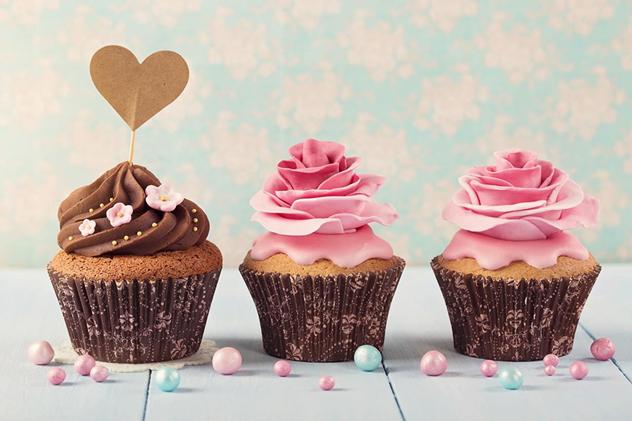Фотографии День всех влюблённых серце роза Капкейк кекс Еда втроем Сладости дизайна День святого Валентина Сердце сердца сердечко Розы три Пища Трое 3 Продукты питания сладкая еда Дизайн