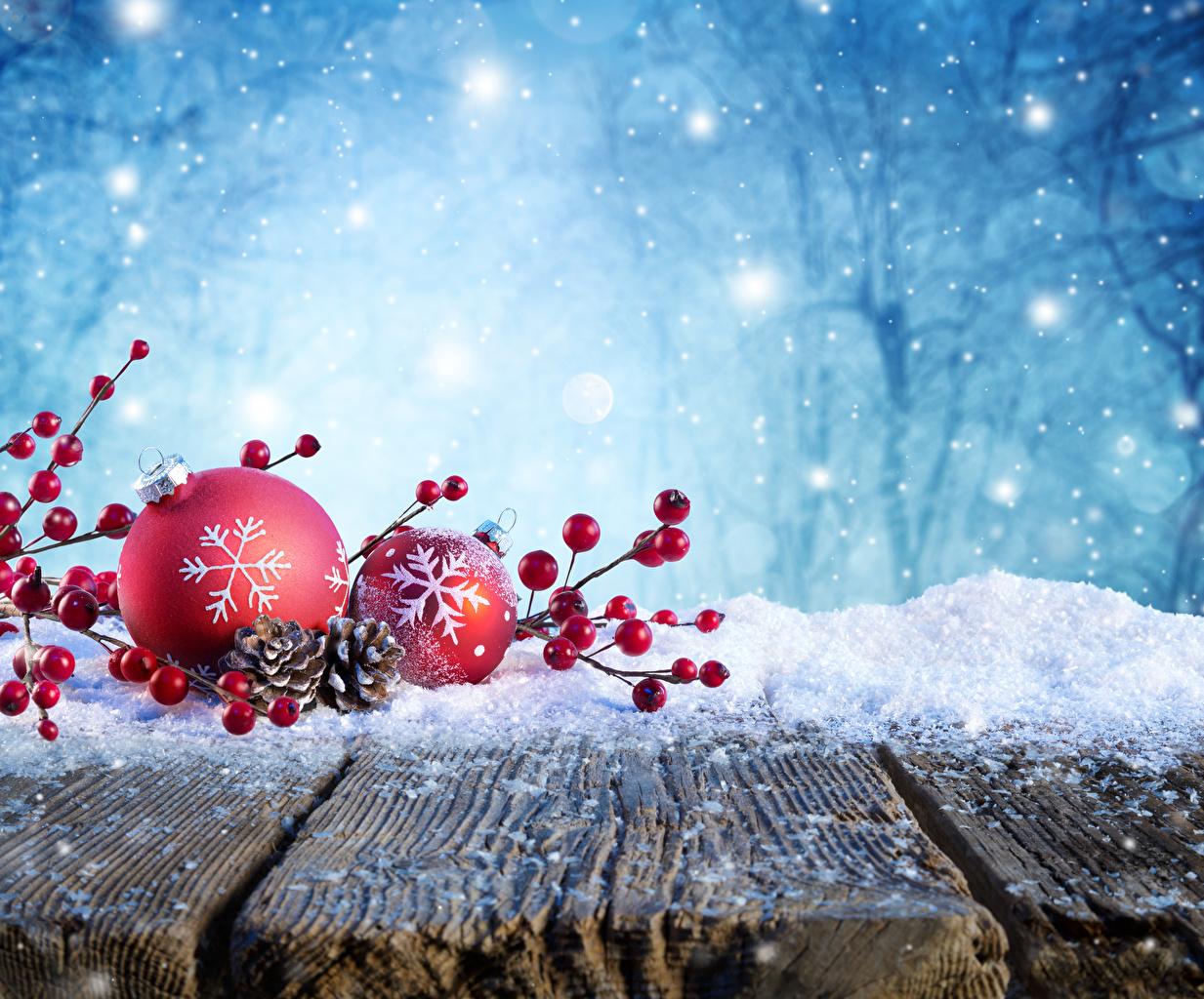 Фотографии Новый год Зима Снег Шар Шишки Ягоды на ветке Доски Рождество зимние снеге снегу снега Ветки шишка ветка ветвь Шарики
