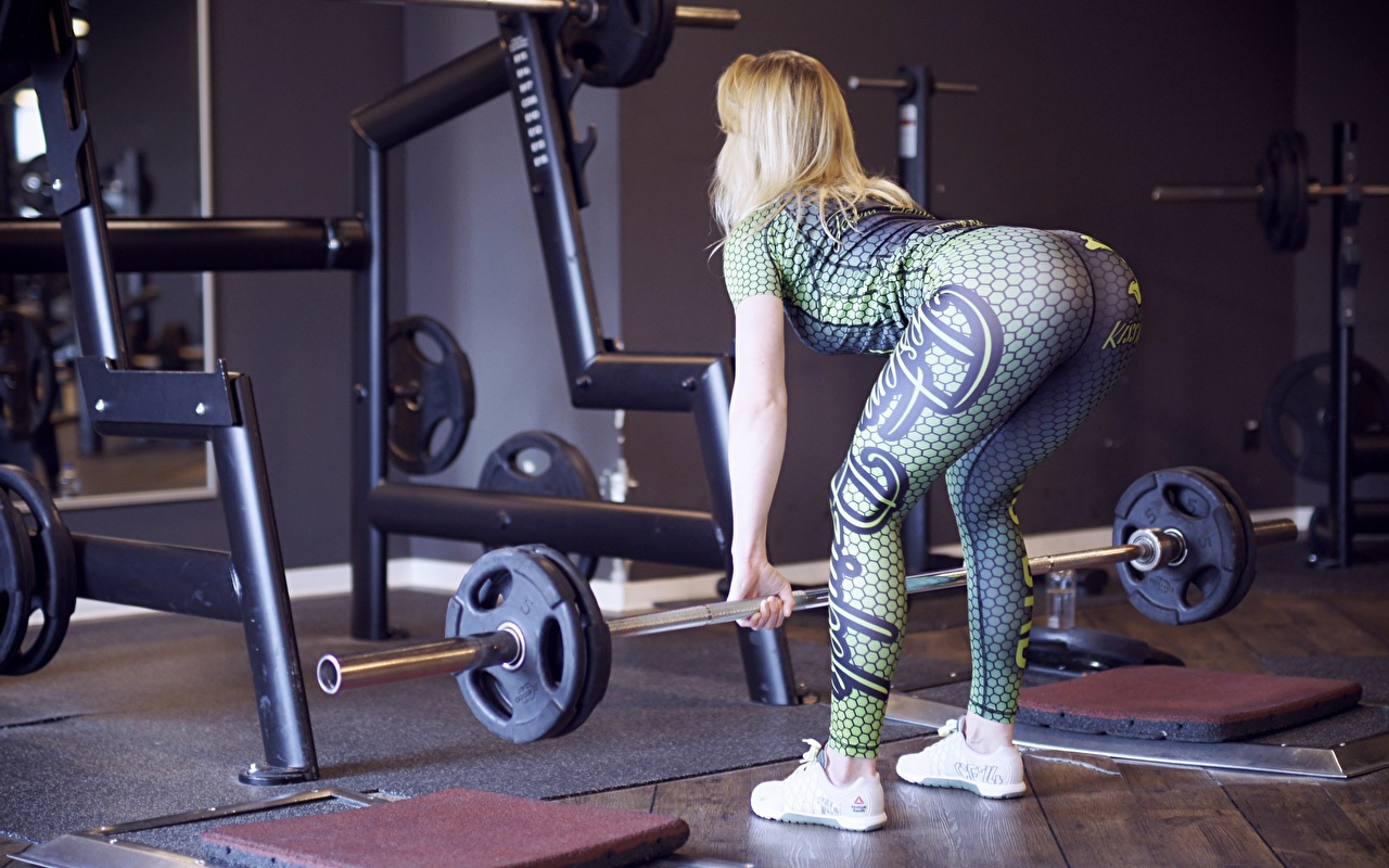 Фото Попа Блондинка тренируется спортивный зал Поза Фитнес Штанга Девушки кроссовках Ноги ягодицы блондинок блондинки Спортзал спортзале Тренировка физическое упражнение позирует штангой девушка Кроссовки молодые женщины молодая женщина ног