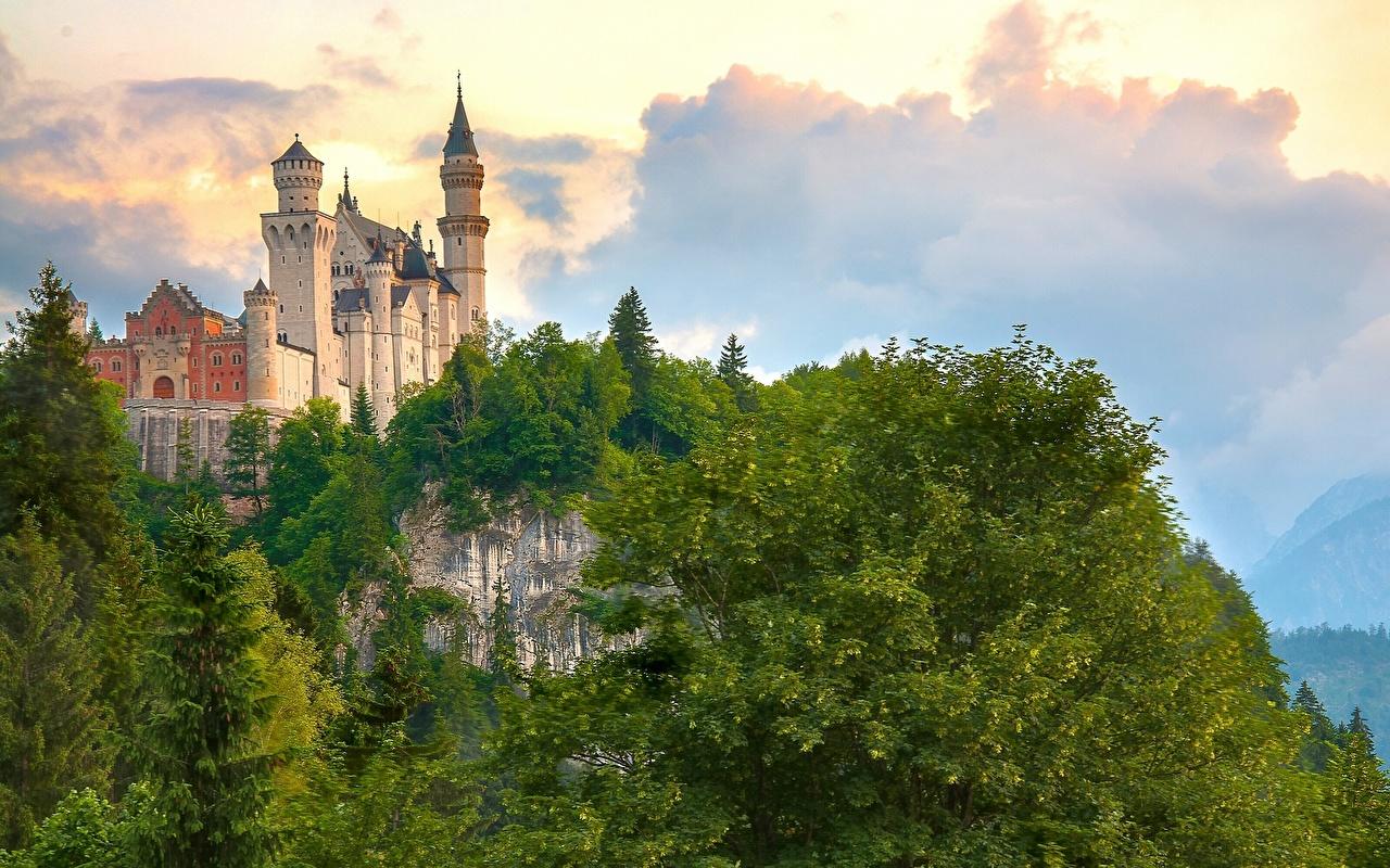Фотографии Бавария Нойшванштайн Германия Горы Замки Природа город облако дерево Города Облака дерева облачно Деревья деревьев