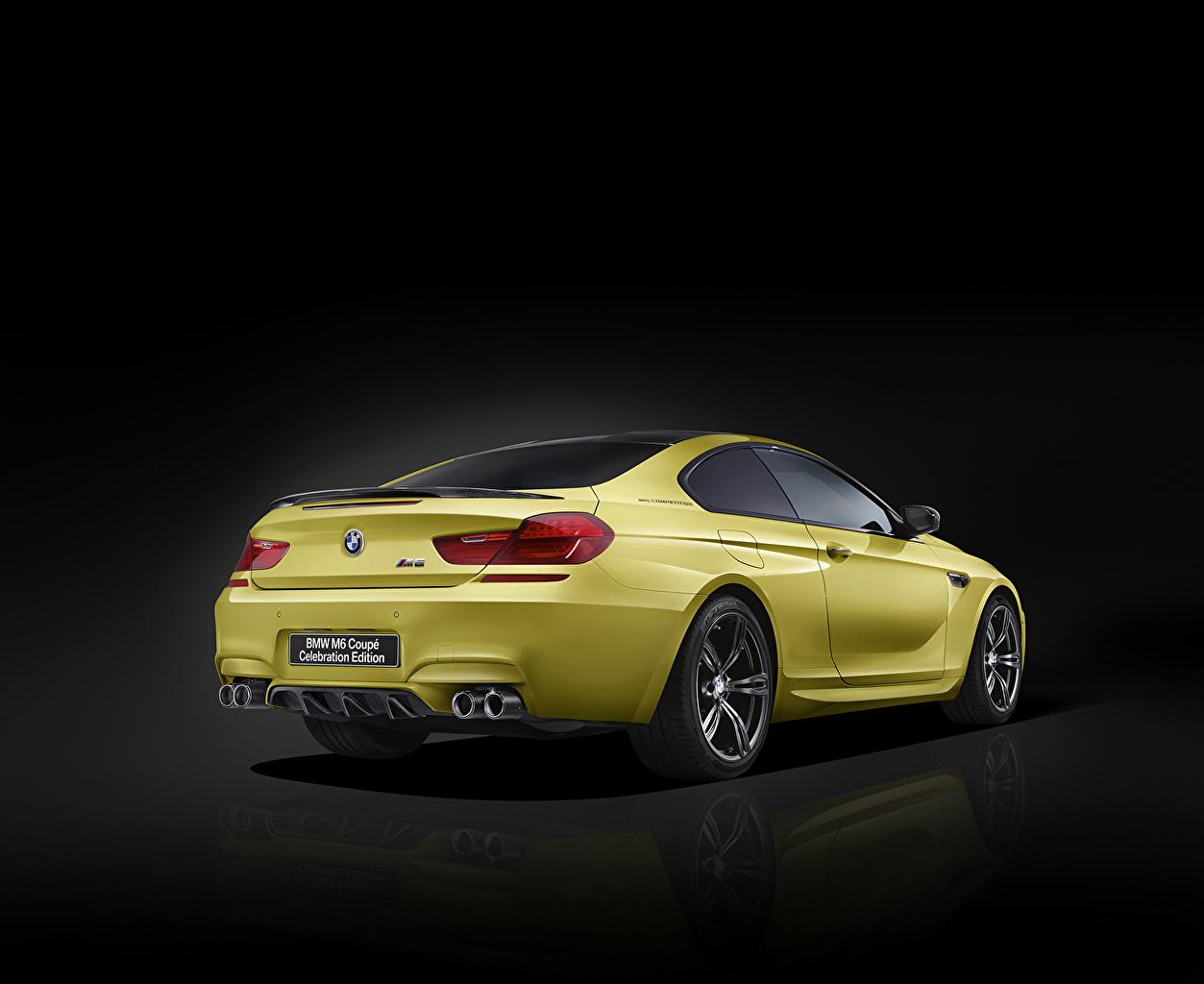 Фото BMW M6 Coupe желтая Сзади Автомобили на черном фоне БМВ желтых желтые Желтый авто машина машины вид сзади автомобиль Черный фон