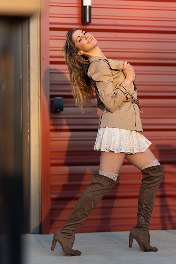 Фото Korbi Kay сапогах позирует Куртка Девушки ног смотрят  для мобильного телефона сапог Сапоги сапогов Поза куртке куртки куртках девушка молодая женщина молодые женщины Ноги Взгляд смотрит