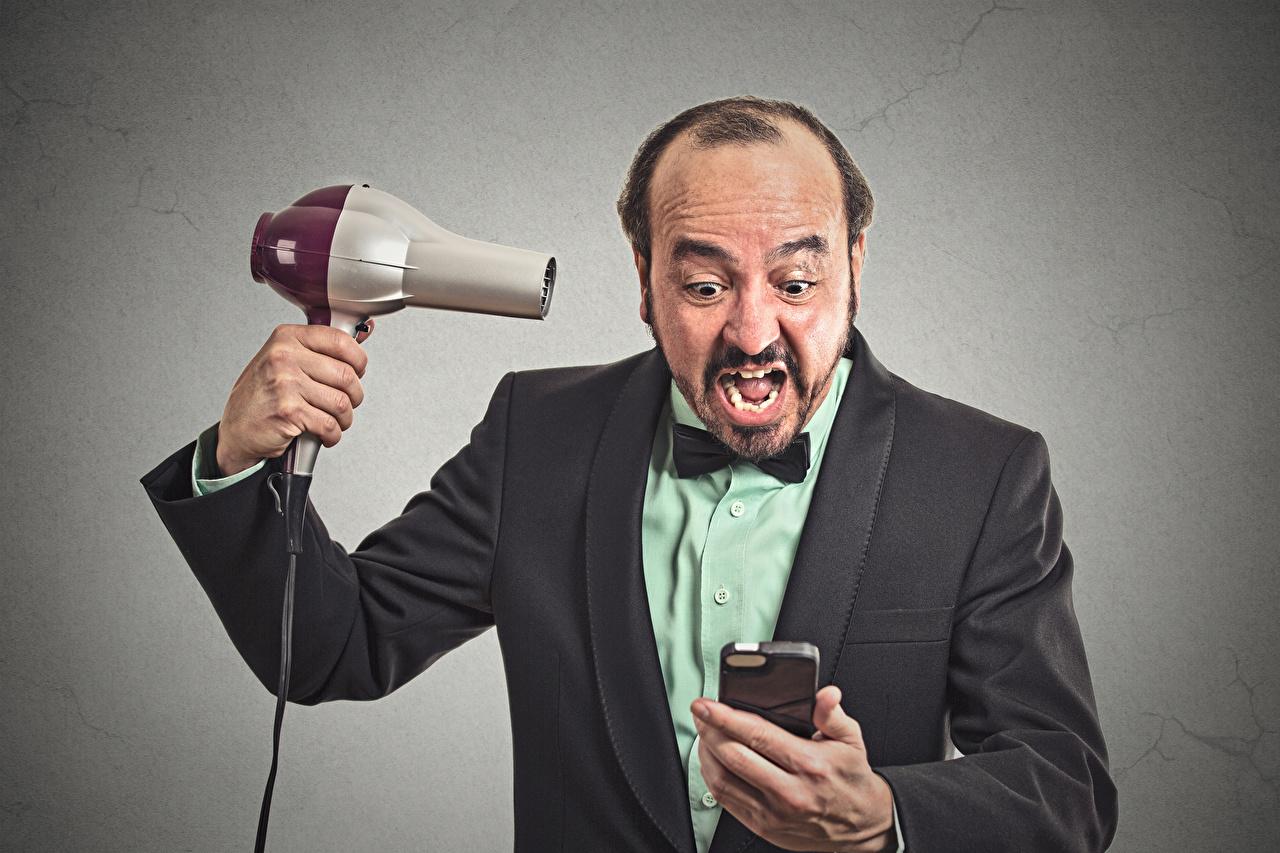 Картинка мужчина Крик Фен Серый фон Мужчины кричат кричит феном сером фоне