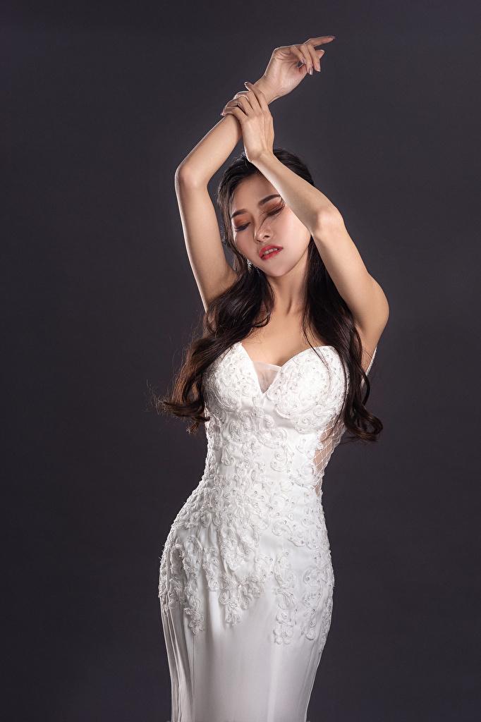 Картинка Поза молодые женщины азиатки Руки Платье  для мобильного телефона позирует девушка Девушки молодая женщина Азиаты азиатка рука платья