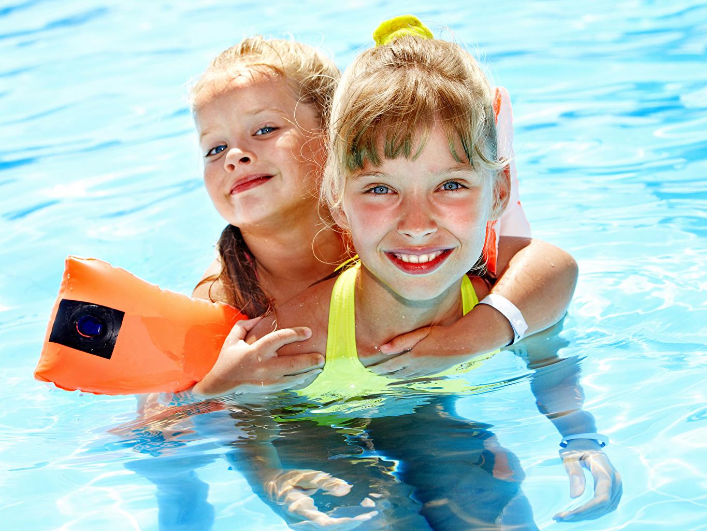 Фотографии девочка Бассейны Дети вдвоем Девочки Плавательный бассейн ребёнок 2 два две Двое