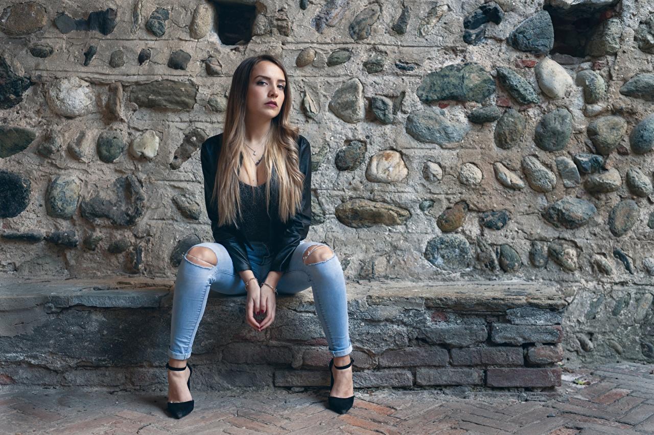 Фото позирует куртке Девушки Ноги Джинсы сидящие Поза Куртка куртки девушка куртках молодые женщины молодая женщина ног джинсов сидя Сидит