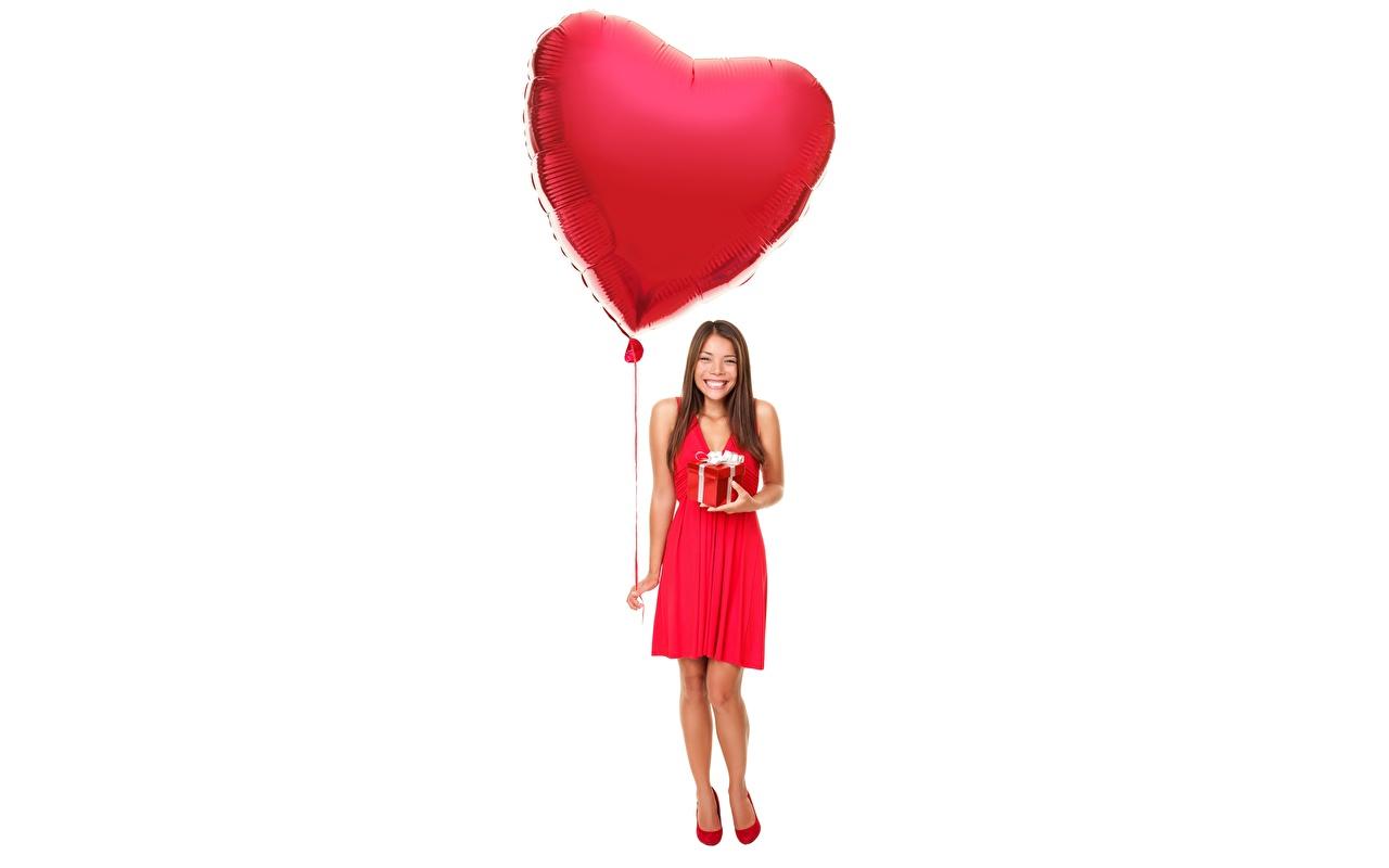 Фото День святого Валентина серце счастливый воздушных шариков девушка Белый фон День всех влюблённых сердца Сердце Радость счастье сердечко радостная радостный счастливая счастливые Воздушный шарик воздушные шарики воздушным шариком Девушки молодые женщины молодая женщина белом фоне белым фоном