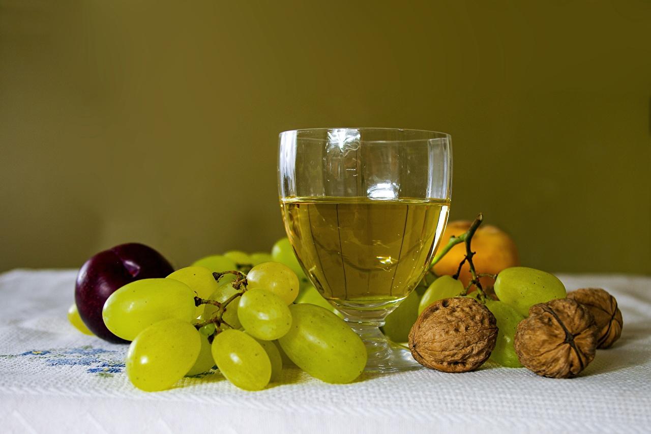 Фотографии Пища Вино Виноград Бокалы Грецкий орех Орехи Натюрморт Еда Продукты питания бокал
