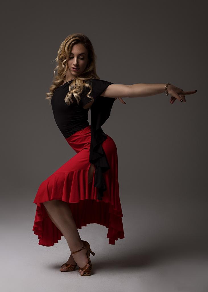 Фотографии Юбка блондинок танцуют позирует Девушки ног  для мобильного телефона юбки юбке Блондинка блондинки Танцы танцует Поза девушка молодые женщины молодая женщина Ноги