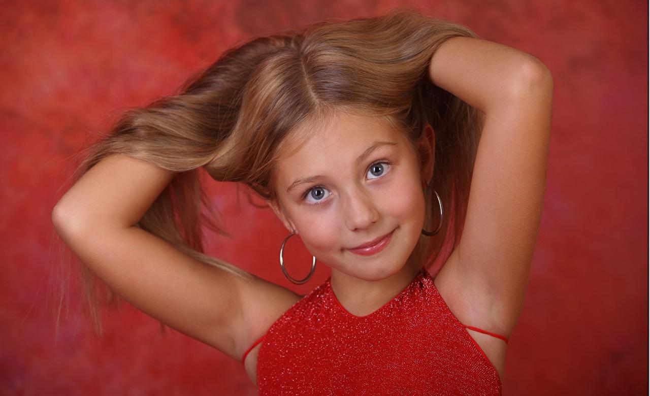 Фотографии Девочки фотомодель alissa ребёнок Волосы Руки смотрит девочка Модель Дети волос рука Взгляд смотрят