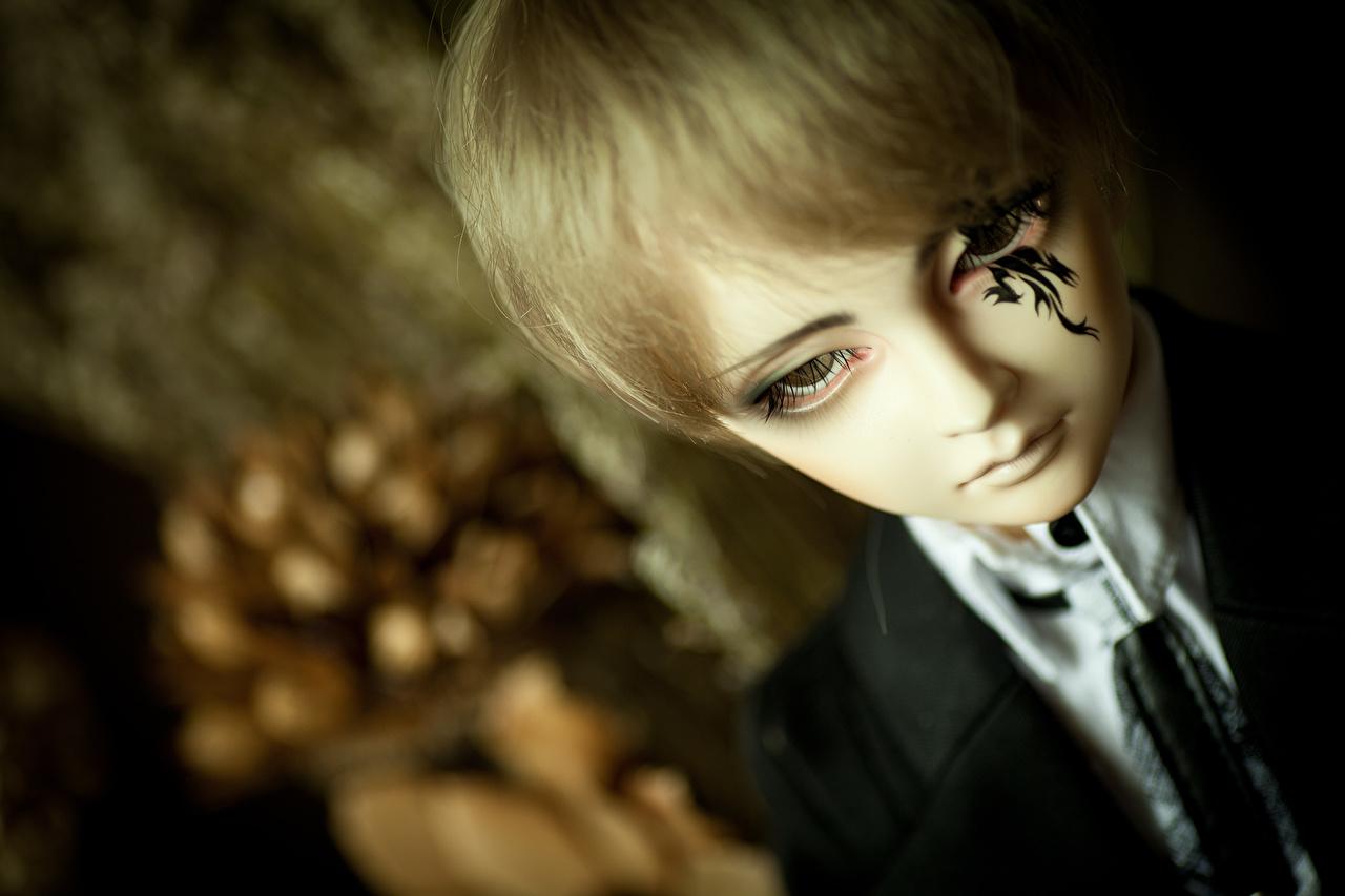 Фото мальчишки Кукла Лицо костюма игрушка смотрит мальчик Мальчики мальчишка куклы лица Костюм костюме классический костюм Взгляд Игрушки смотрят