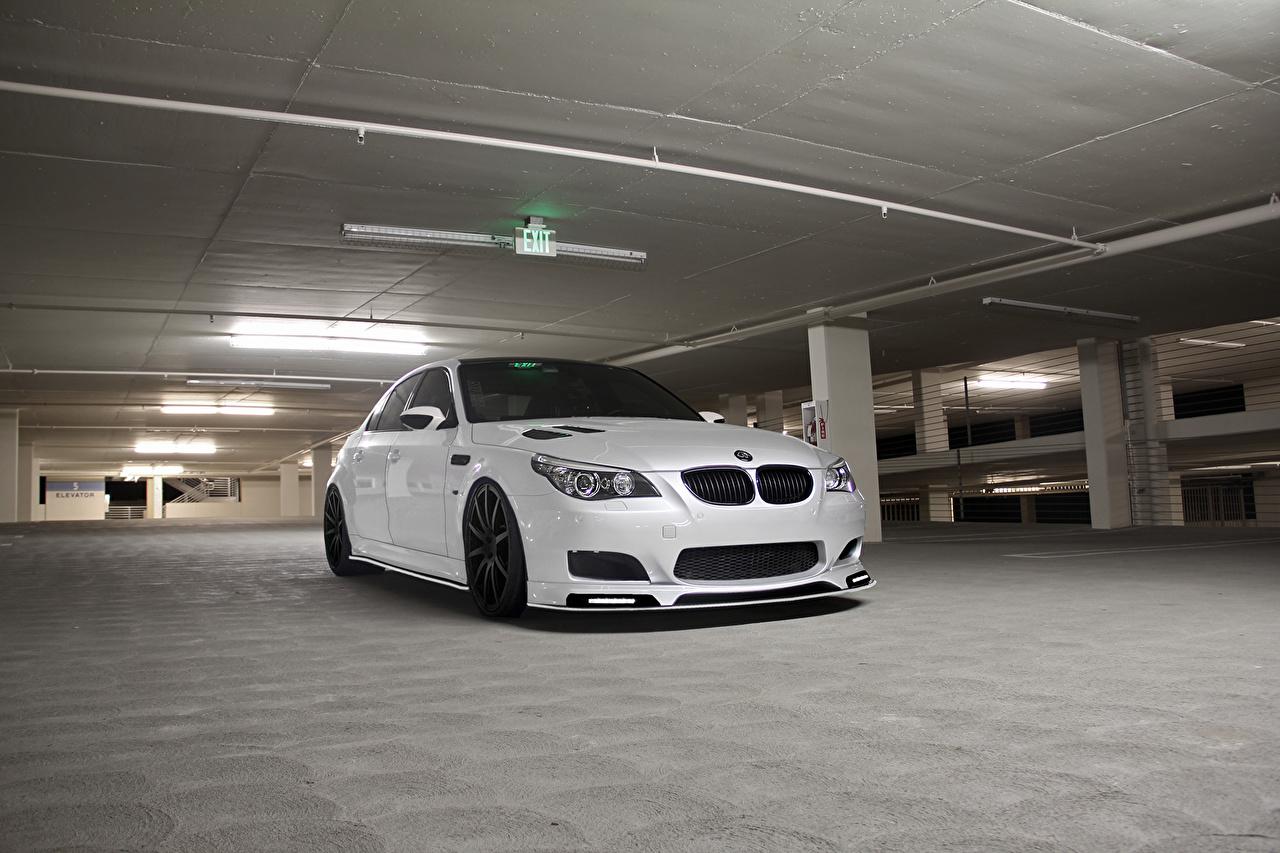 Фотография БМВ m5 e60 паркинг Белый авто Спереди BMW стоянка Парковка парковке припаркованная белая белые белых машина машины Автомобили автомобиль