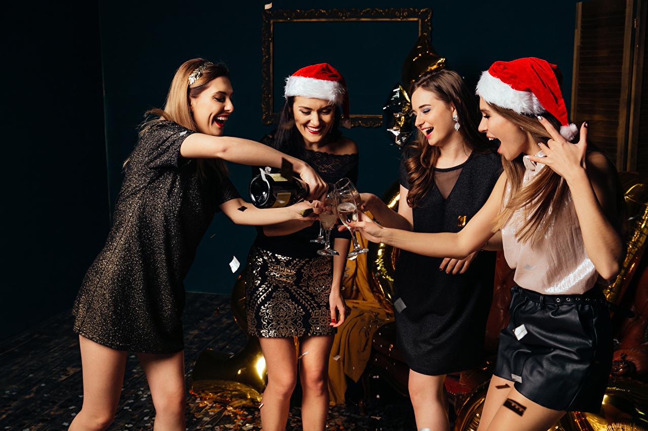 Картинки Рождество Радость шапка Девушки Игристое вино бокал Платье Новый год счастье радостная радостный счастливые счастливая счастливый Шапки в шапке девушка Шампанское молодые женщины молодая женщина Бокалы платья