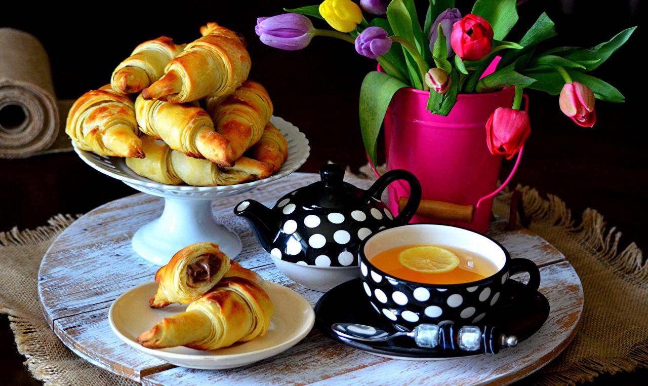 Обои Чай Тюльпаны Чайник Булочки Чашка Тарелка Продукты питания Выпечка Еда Пища
