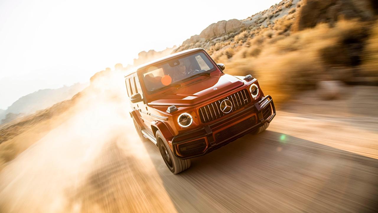 Фото Мерседес бенц 2019 AMG G 63 красная Движение машина Mercedes-Benz красных красные Красный едет едущий едущая скорость авто машины автомобиль Автомобили