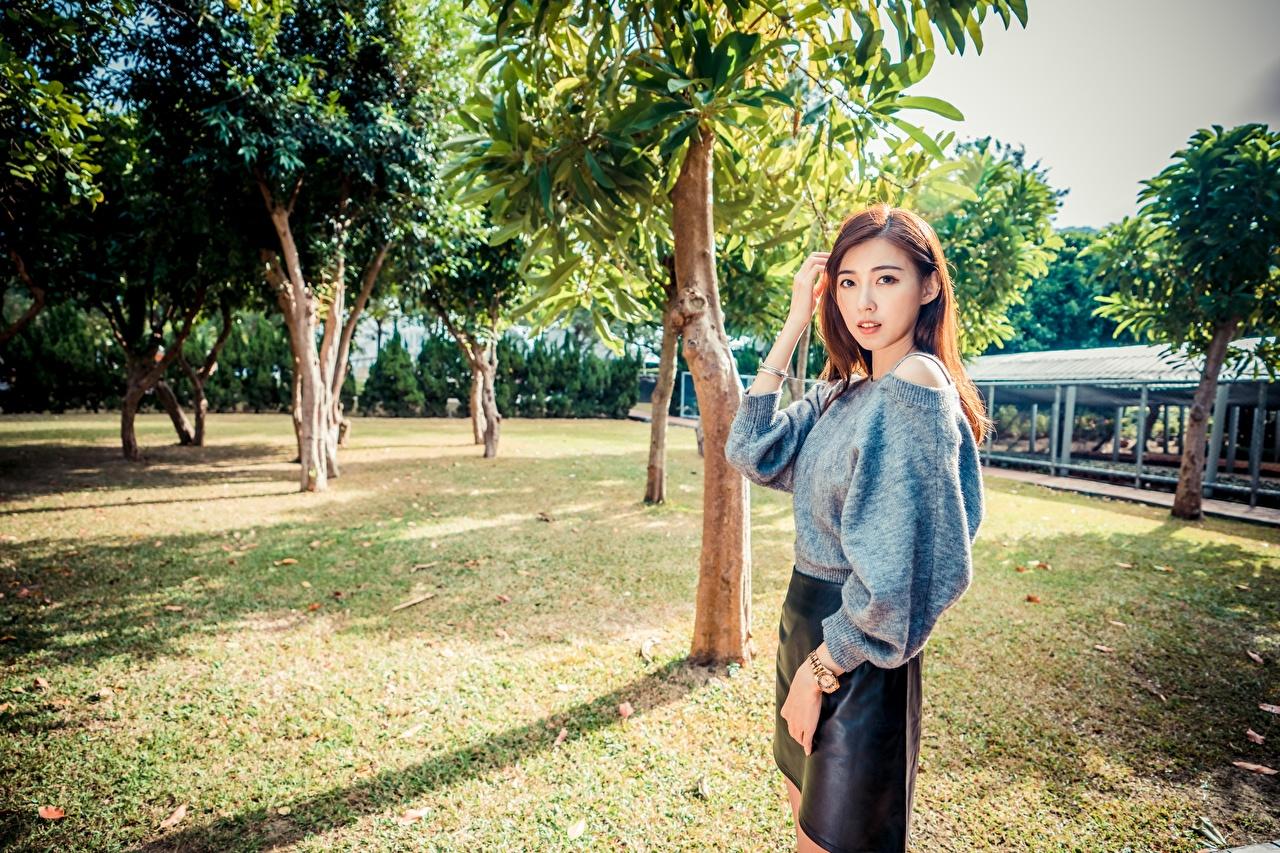 Фото Шатенка Поза молодые женщины азиатка рука дерево смотрит шатенки позирует девушка Девушки молодая женщина Азиаты азиатки Руки Взгляд дерева Деревья смотрят деревьев