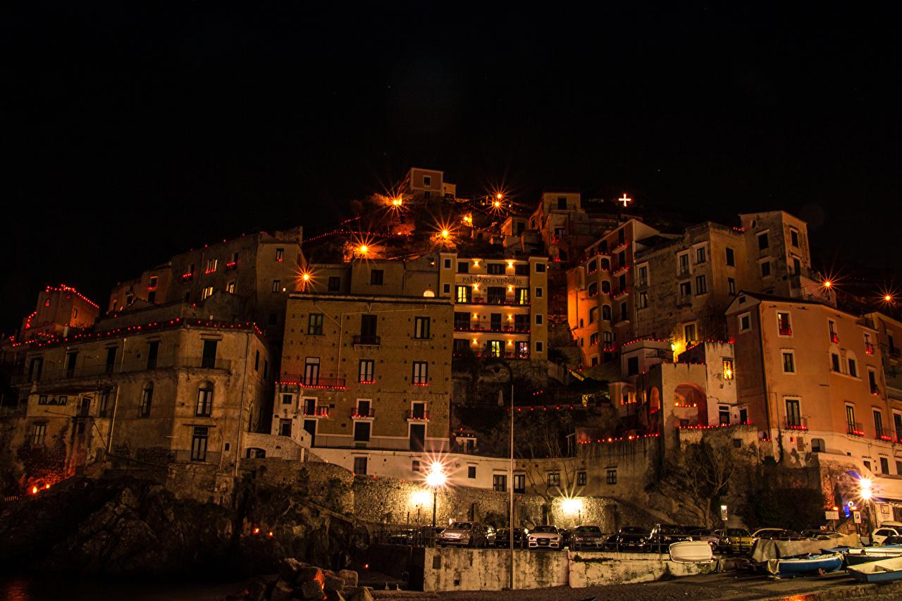 Картинка Италия Minori Costiera Amalfitana Ночные Уличные фонари Дома Города Ночь ночью в ночи город Здания