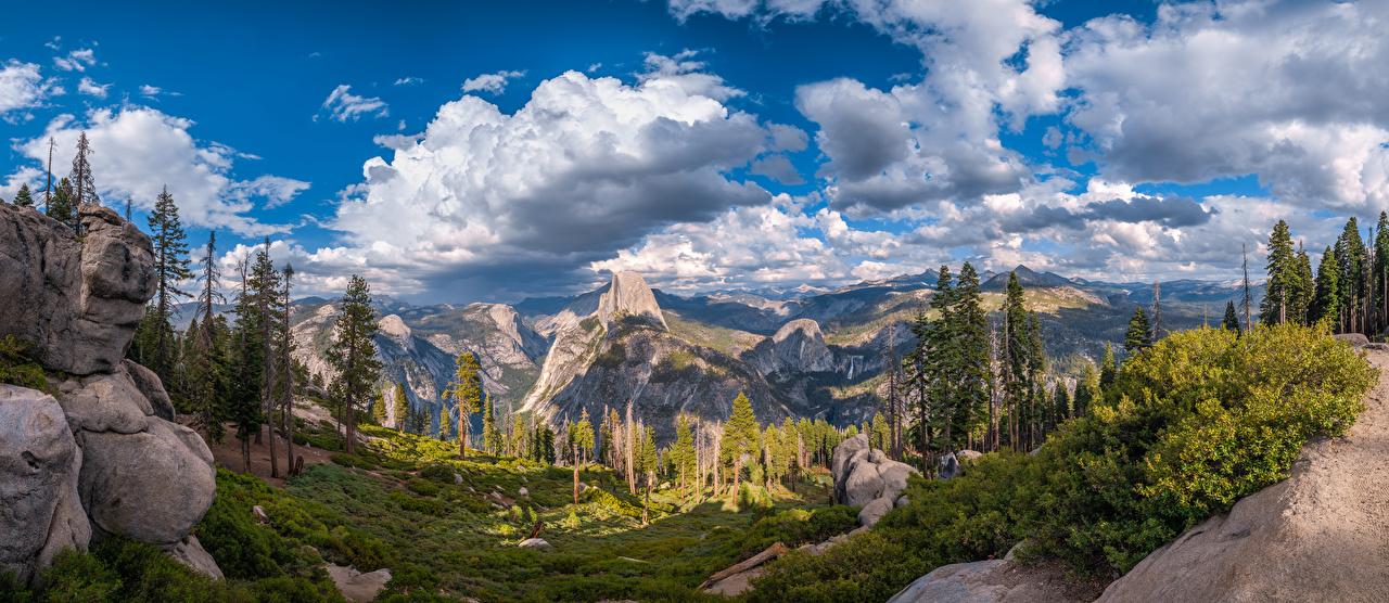 Обои для рабочего стола Йосемити Калифорния штаты Панорама Горы скалы Природа парк Пейзаж Облака деревьев калифорнии США америка панорамная гора Утес скале Скала Парки дерево облако дерева облачно Деревья