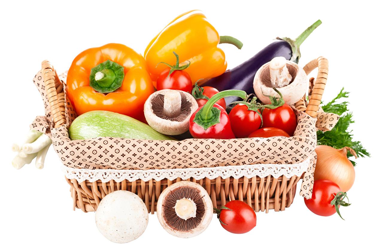 Фото Помидоры Грибы Корзина Еда Перец Овощи Белый фон Томаты Корзинка Пища Продукты питания